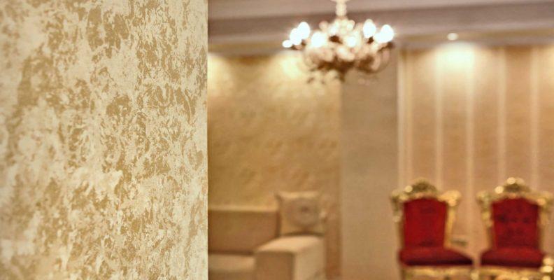 کاغذ دیواری پذیرایی سفید و طلایی